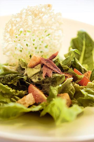 Plat-1-la-petite-auberge-roynac-salade-caesar