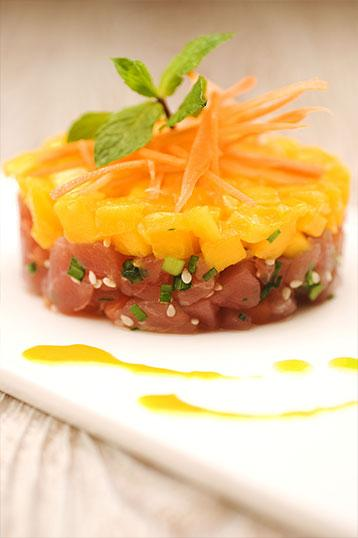 Plat-1-la-petite-auberge-roynac-tartare-de-thon-mangue-jus-de-carottes