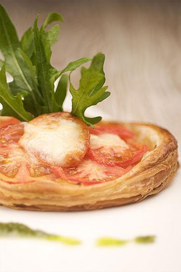 Plat-1-la-petite-auberge-roynac-tarte-a-la-tomate-huile-de-basilic